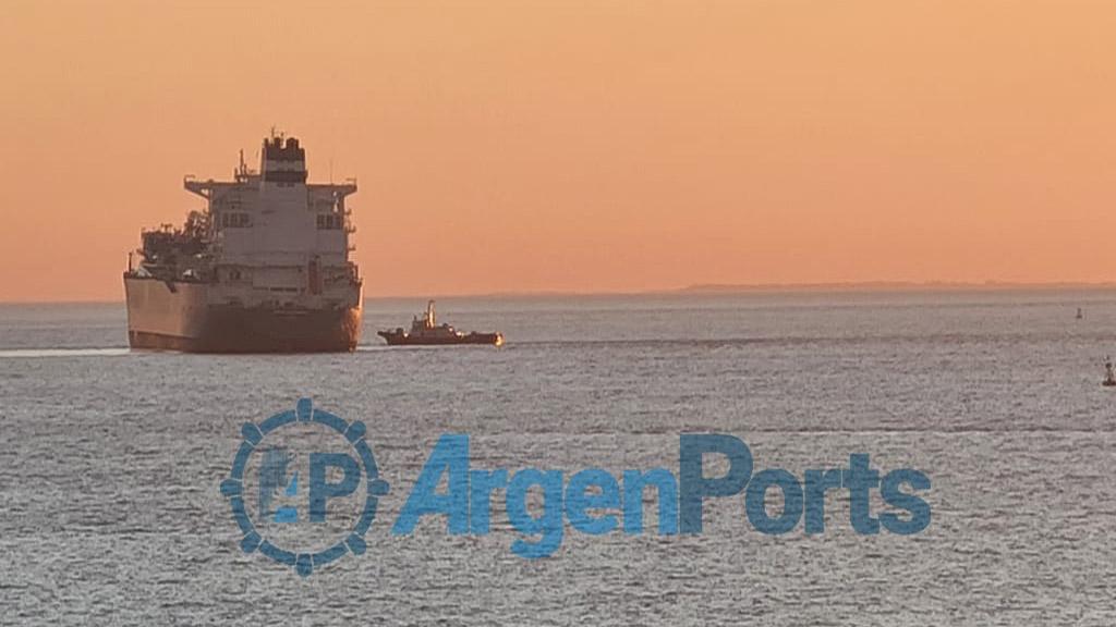 Mirá las fotos del buque varado que paralizó por horas el comercio exterior argentino
