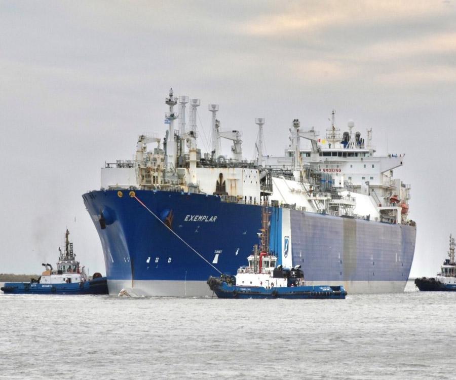 El buque regasificador Exemplar deja el puerto de Bahía Blanca