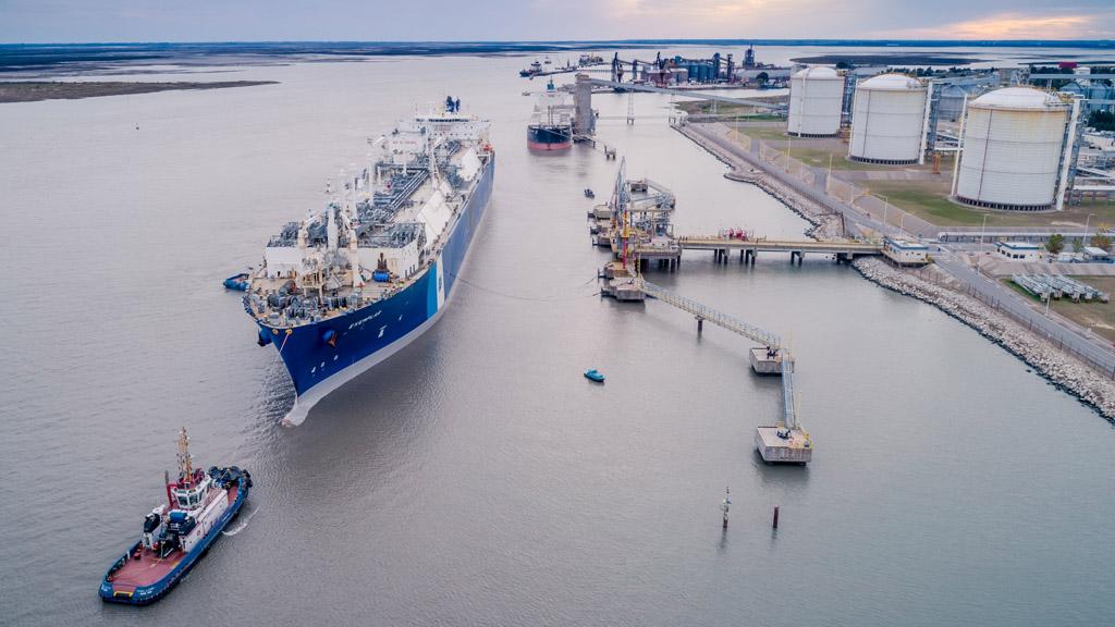 El regasificador Exemplar dejó Bahía Blanca pero espera para poder continuar viaje