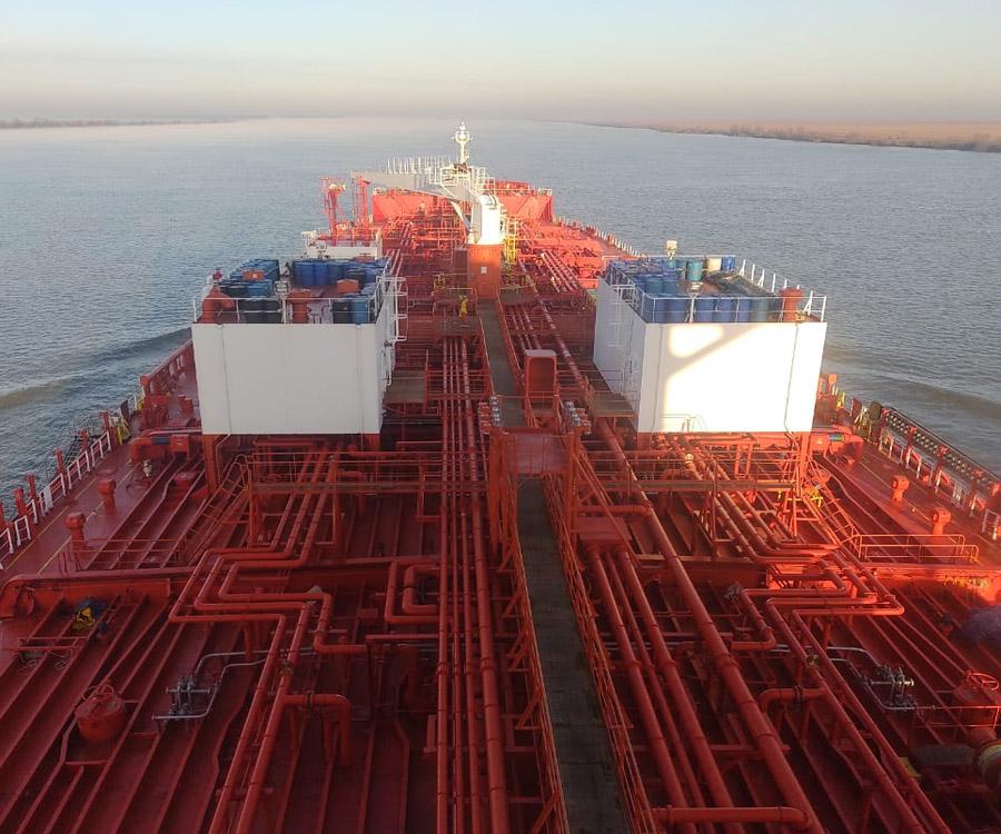 Pese a la bajante extrema, así navegan los grandes buques de carga por el río Paraná