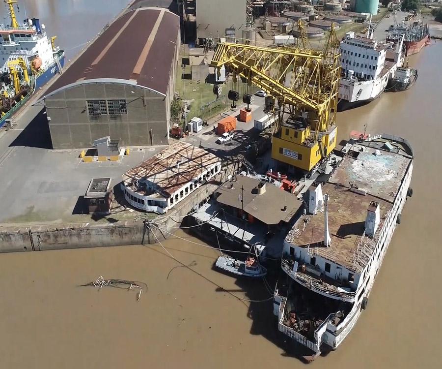 La historia de los buques que están desguazando en el puerto de Buenos Aires