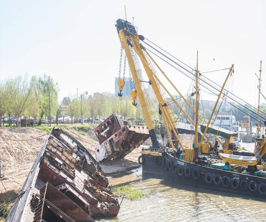 Comenzó el retiro en San Nicolás de un buque centenario y dueño de una curiosa historia