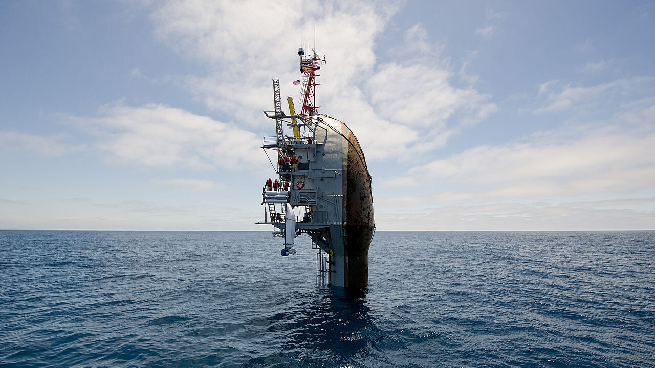 El barco más extraño del mundo: gira en vertical para hundirse y quedar parado en el mar