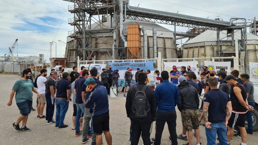 CIARA anunció que logró un acuerdo con los sindicatos aceiteros para levantar el paro