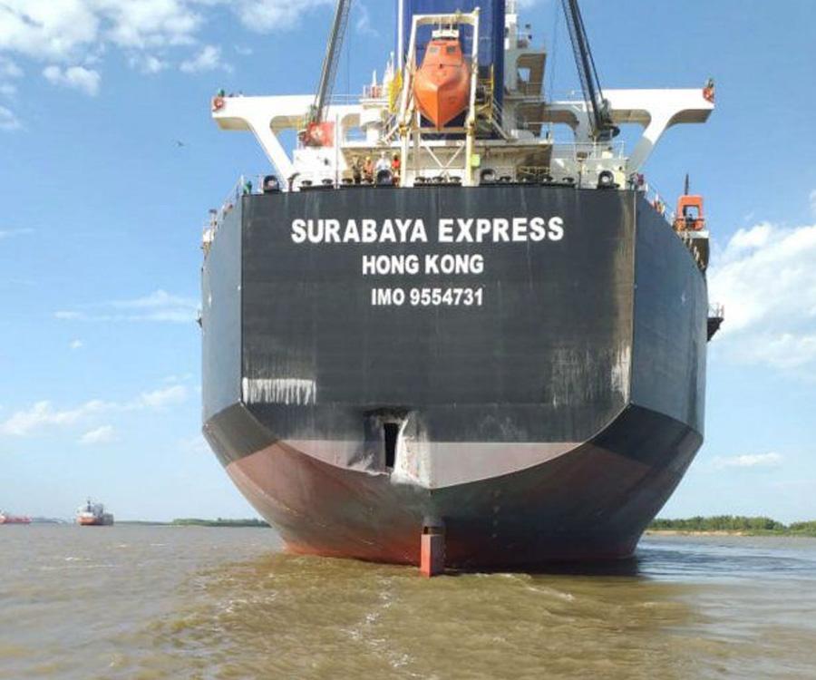 En video: el choque de un granelero chino contra un muelle en el puerto de San Lorenzo