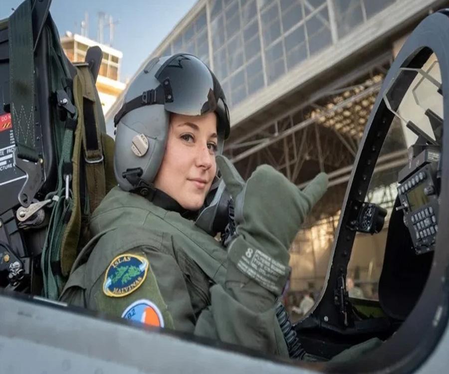 Video: así vuela la primera piloto de combate argentina un avión similar a los de Malvinas