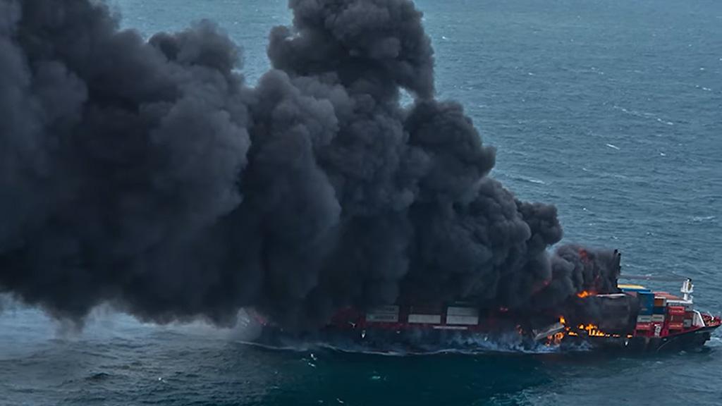 Video: el fuego se expande por el X-Press Pearl y la  tripulación ya fue evacuada
