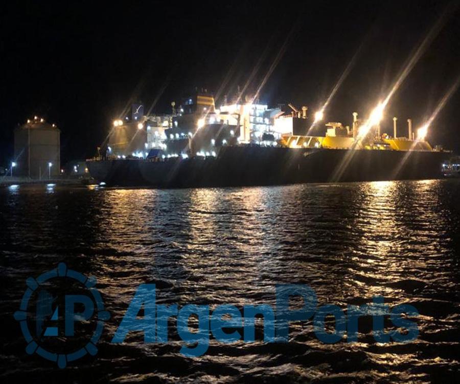 Un buque metanero ya comenzó a abastecer con GNL al regasificador de Bahía Blanca