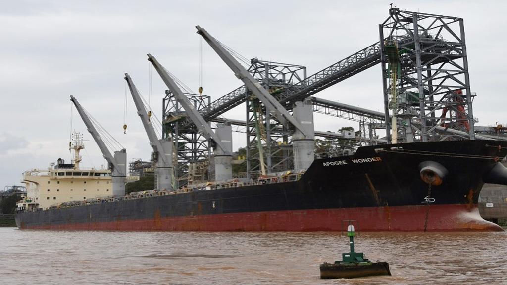 Por la bajante, algunos barcos salen del río Paraná con 10 mil toneladas menos